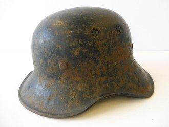 Luftschutz Stahlhelm 2. Weltkrieg, einteiliges Stück, original lackiert, ungereinigter Fundzustand