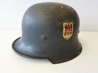 Deutsches Rotes Kreuz III.Reich, original lackierter Stahlhelm, das Abzeichen oberflächlich berieben