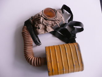 US Army WWI, gas mask in pouch, dry mask